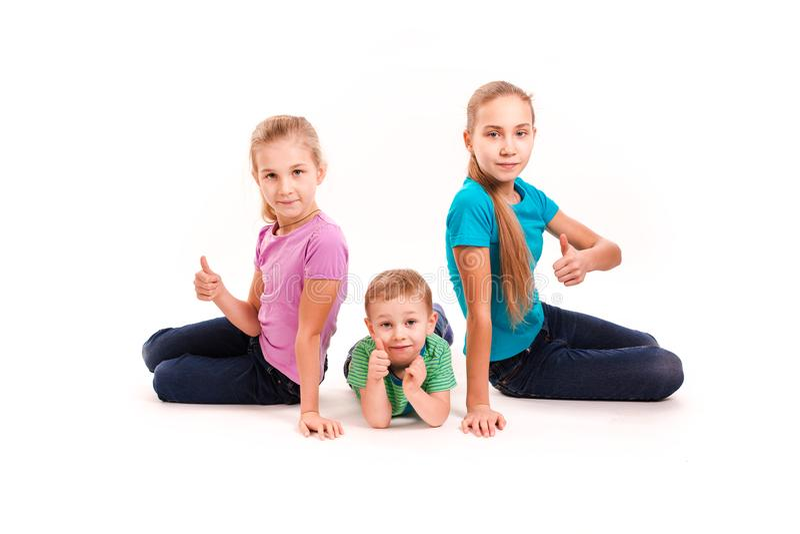 Grupo de niños felices con los pulgares para arriba imagenes de archivo