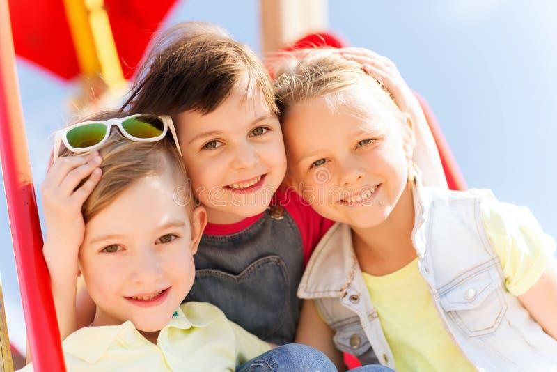 Grupo de niños felices en patio de los niños imágenes de archivo libres de regalías