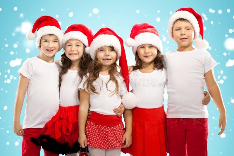 Grupo de niños felices en sombrero de la Navidad foto de archivo libre de regalías