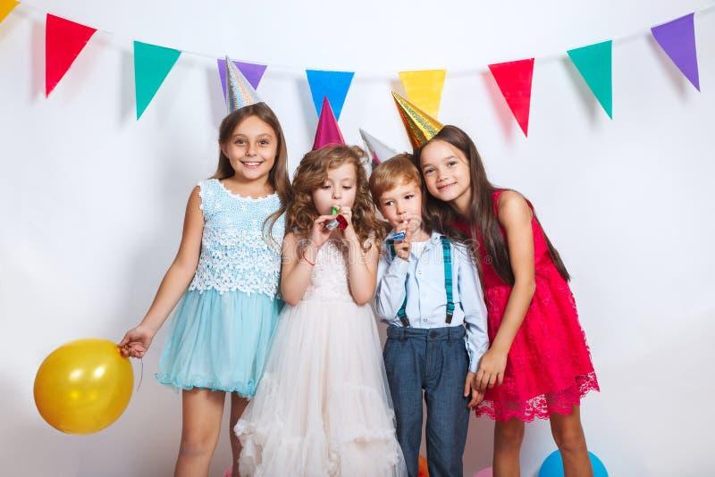 Grupo de niños hermosos que se divierten y que parecen felices en fiesta de cumpleaños fotografía de archivo libre de regalías