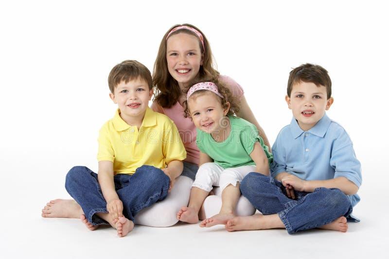 Grupo de niños jovenes en estudio imagenes de archivo