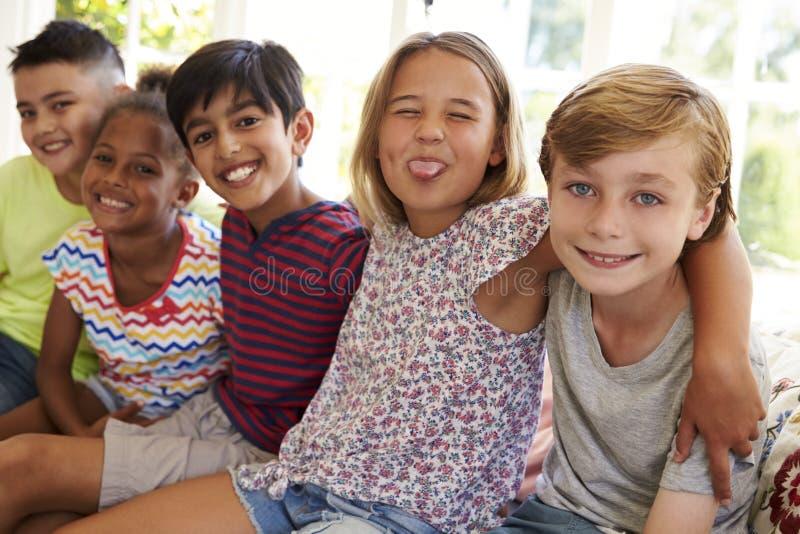 Grupo de niños multiculturales en la ventana Seat junto fotografía de archivo libre de regalías
