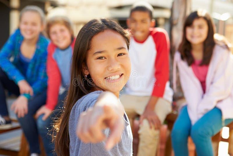 Grupo de niños que cuelgan hacia fuera junto en alameda fotografía de archivo libre de regalías