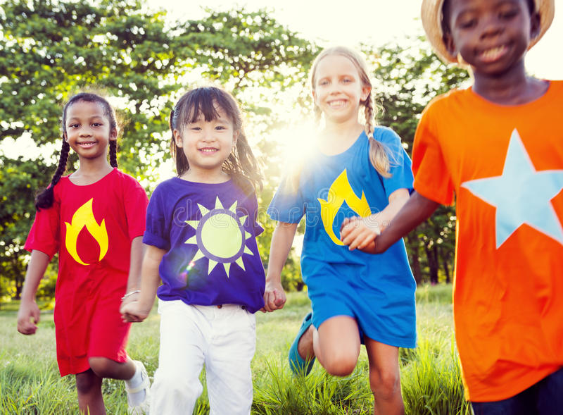 Grupo de niños que juegan al aire libre fotos de archivo