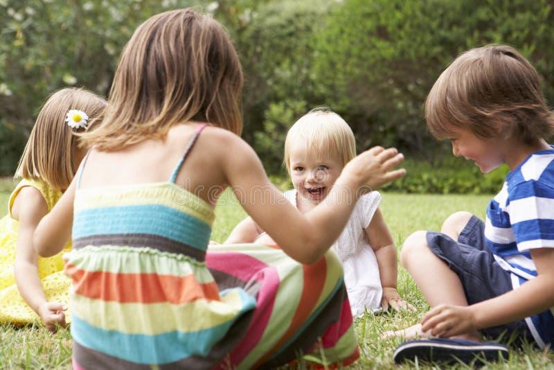 Grupo de niños que juegan al aire libre junto fotos de archivo