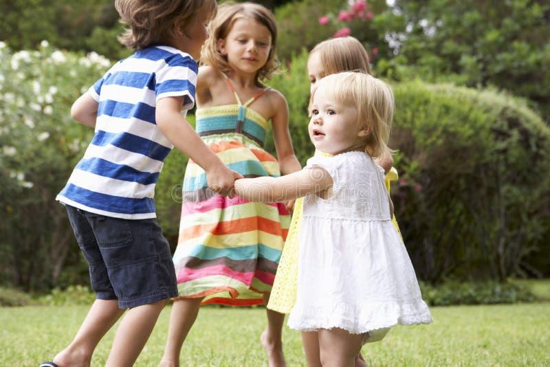 Grupo de niños que juegan al aire libre junto foto de archivo libre de regalías