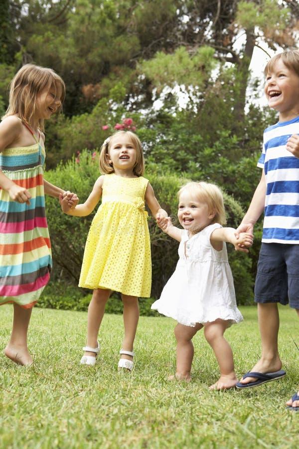 Grupo de niños que juegan al aire libre junto imágenes de archivo libres de regalías