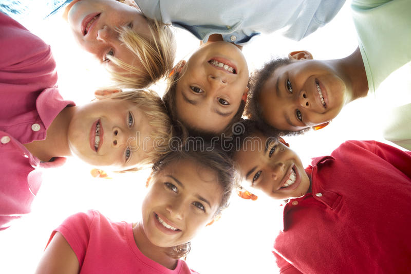 Grupo de niños que juegan en parque fotos de archivo