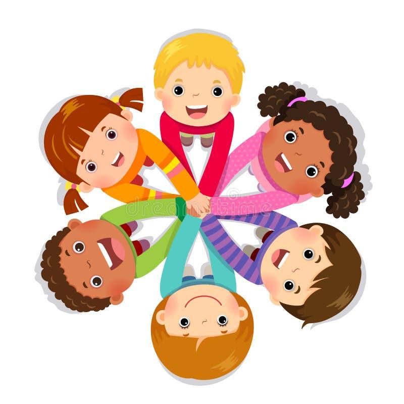 Grupo de niños que ponen las manos juntas en el fondo blanco libre illustration