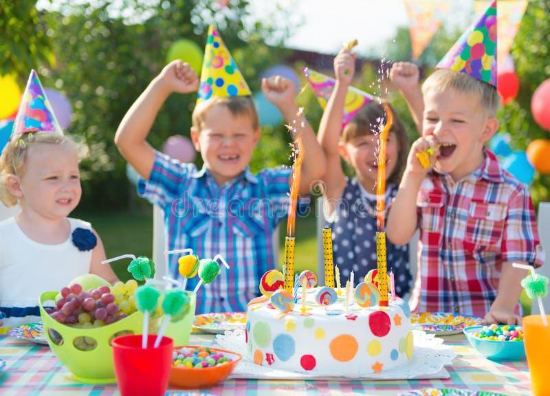 Grupo de niños que se divierten en la fiesta de cumpleaños imágenes de archivo libres de regalías