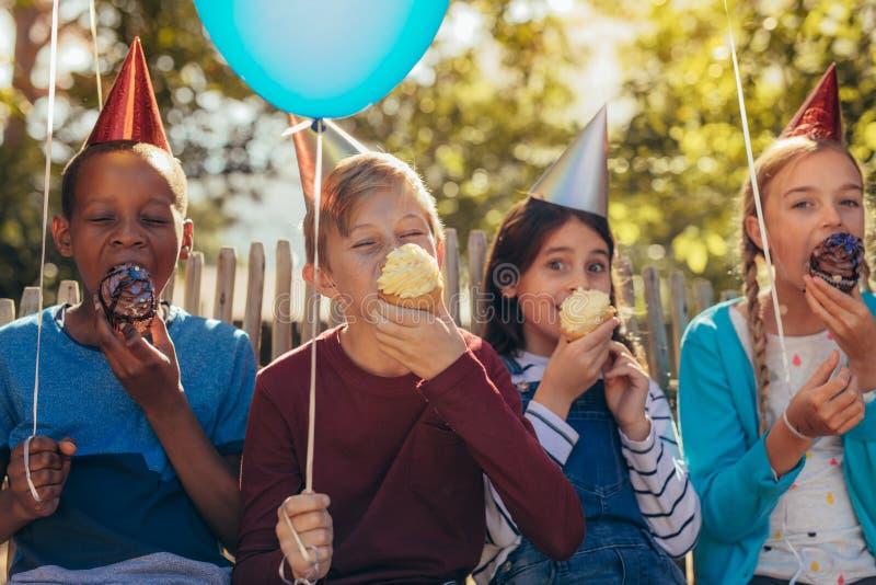 Grupo de niños que tienen un partido fotos de archivo
