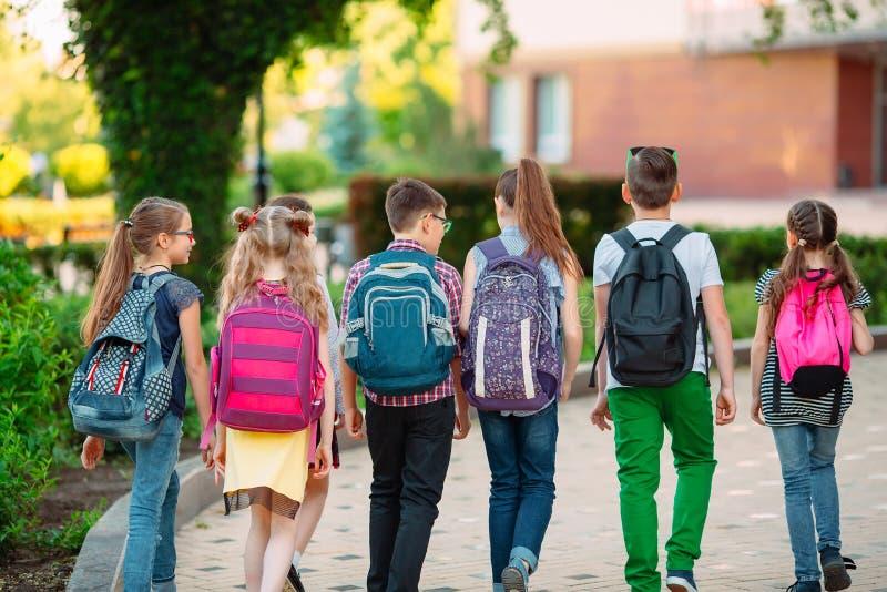 Grupo de ni?os que van a la escuela junto imagenes de archivo