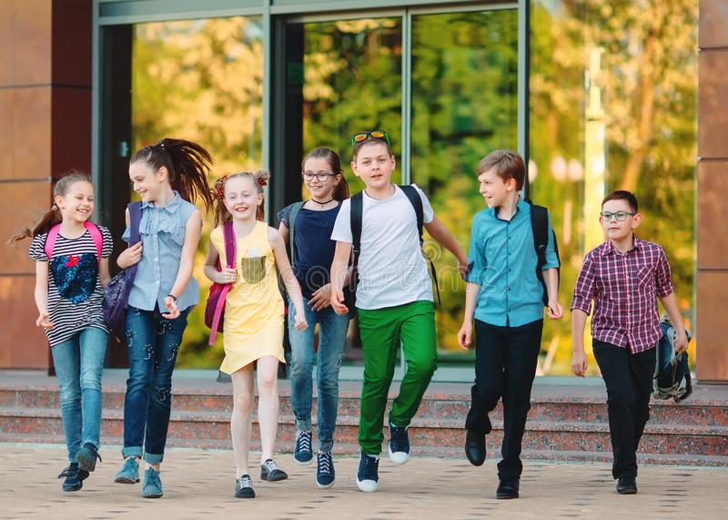 Grupo de ni?os que van a la escuela junto foto de archivo libre de regalías