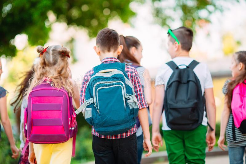 Grupo de ni?os que van a la escuela junto fotografía de archivo libre de regalías