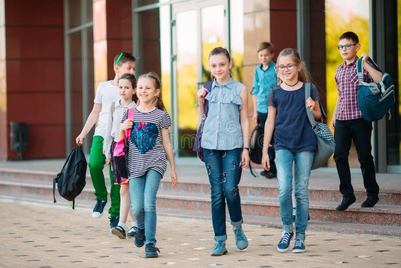 Grupo de ni?os que van a la escuela junto fotografía de archivo