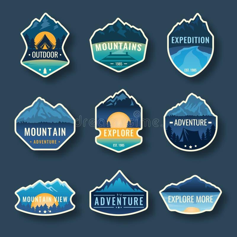 Grupo de nove emblemas do curso da montanha Emblemas da aventura, crachás e remendos exteriores de acampamento do logotipo Turism ilustração royalty free