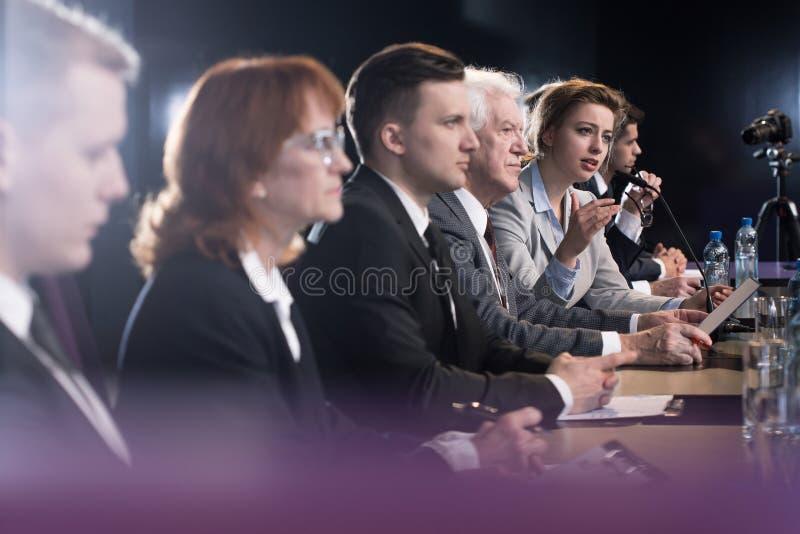 Grupo de oficiais que endereçam a imprensa fotos de stock royalty free
