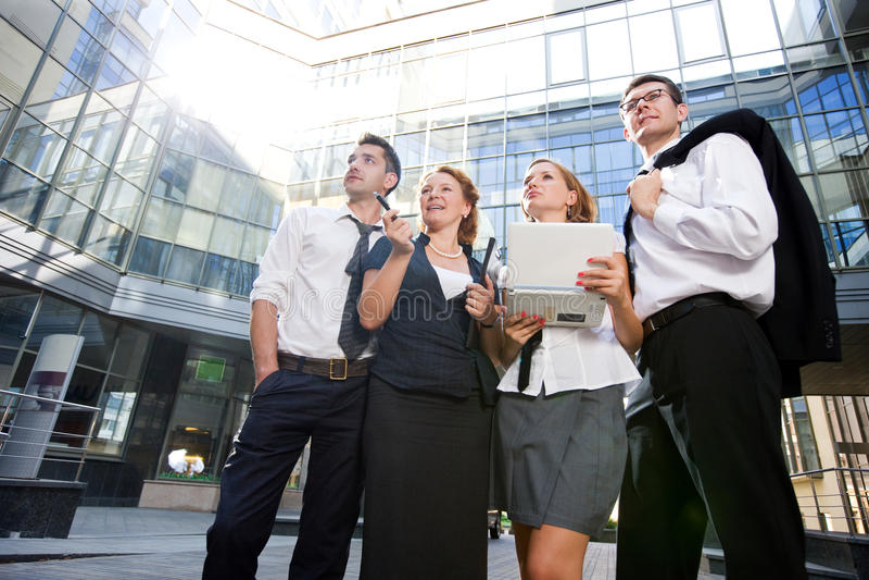Grupo de oficinistas al aire libre imagenes de archivo