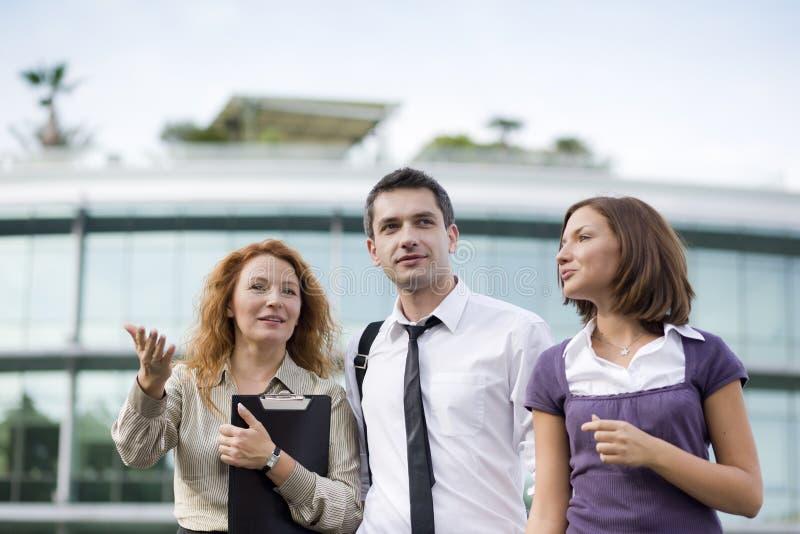 Grupo de oficinistas al aire libre foto de archivo