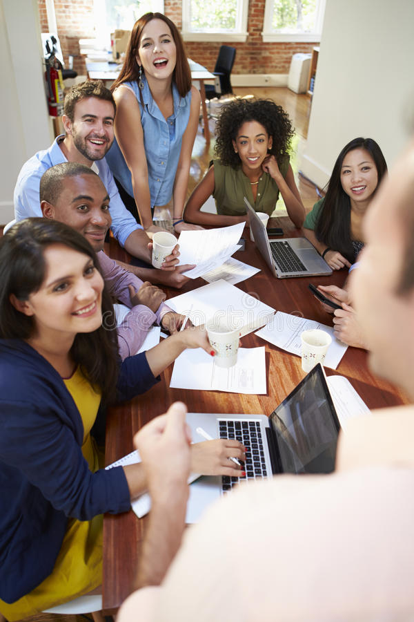 Grupo de oficinistas que se encuentran para discutir ideas foto de archivo libre de regalías