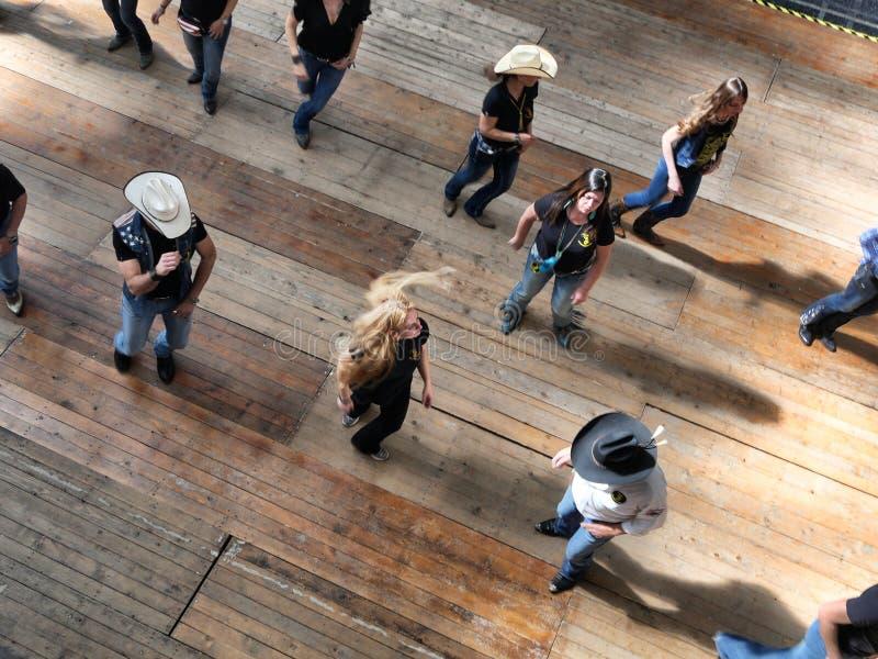 Grupo de opinión occidental tradicional de los bailarines de la música tradicional desde arriba del efecto del dinamismo de la fa fotografía de archivo libre de regalías