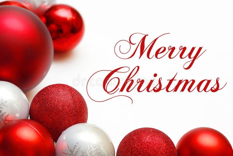 Grupo de ornamentos del árbol que enmarcan el texto de la Feliz Navidad imagen de archivo
