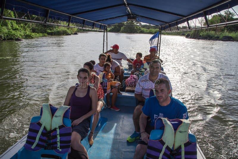 Grupo de ourtist en el barco que visita las islas de - Cocinas el barco granada ...