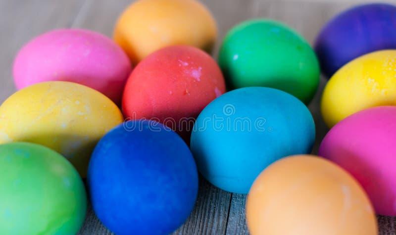 Grupo de 12 ovos da páscoa multi-coloridos em um fundo de madeira fotografia de stock royalty free