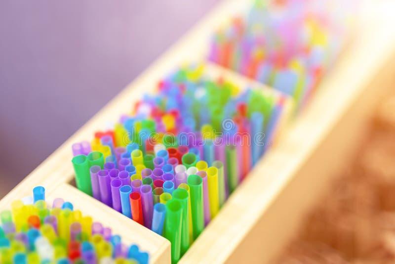 Grupo de palhas sorvendo plásticas coloridas na caixa de madeira no contador do café Decoração e acessórios das bebidas CCB color imagens de stock