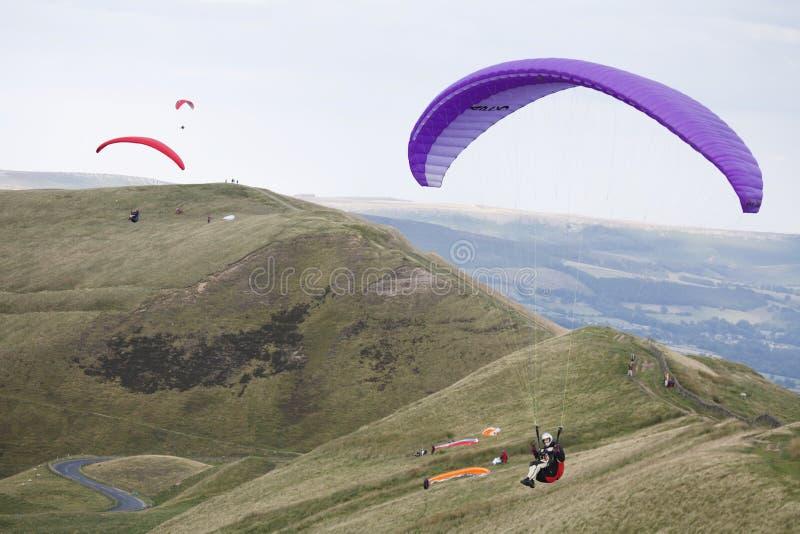 Grupo de paragliders que voam no Reino Unido imagens de stock