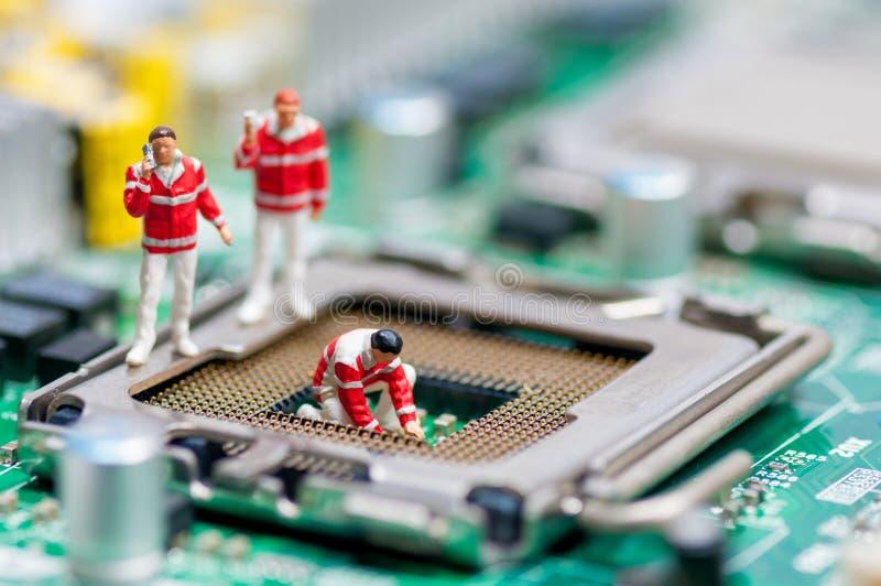 Grupo de paramédicos que recuperan la CPU dañada fotografía de archivo