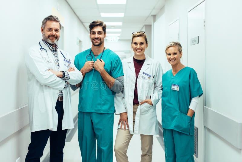 Grupo de paramédicos que se colocan en pasillo del hospital fotos de archivo