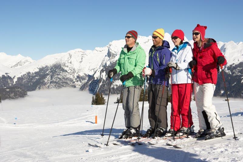 Grupo de pares envejecidos centro el día de fiesta del esquí fotos de archivo libres de regalías