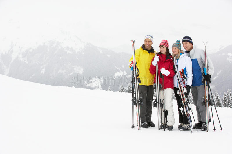 Grupo de pares envejecidos medios el día de fiesta del esquí fotos de archivo