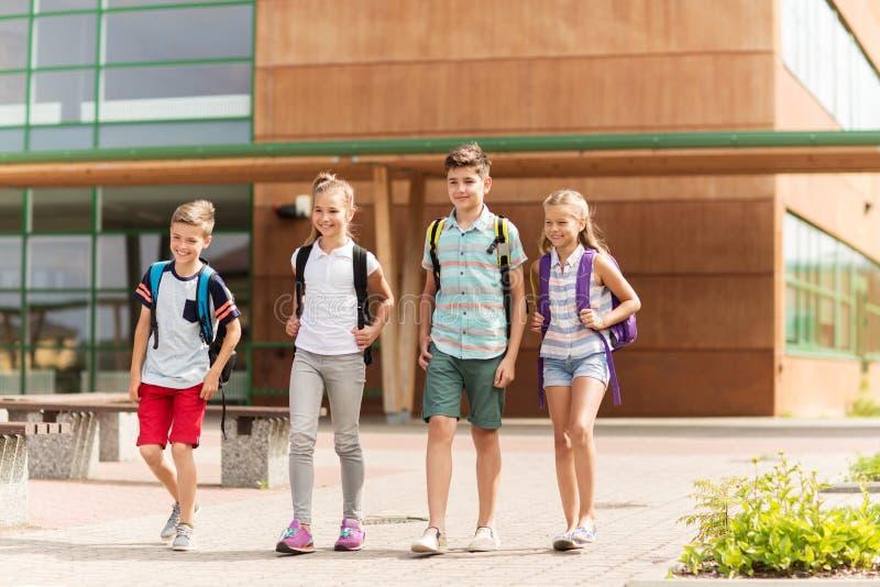 Grupo de passeio feliz dos estudantes da escola primária imagem de stock royalty free