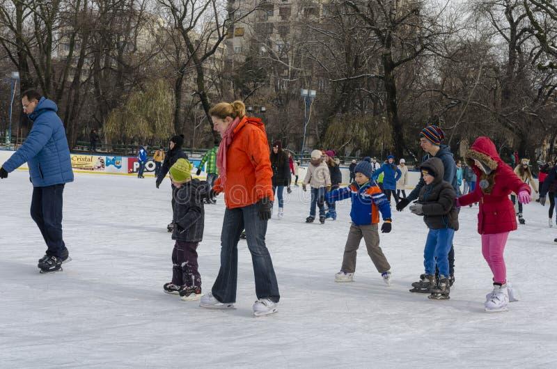 Grupo de patinagem no gelo das crianças foto de stock royalty free