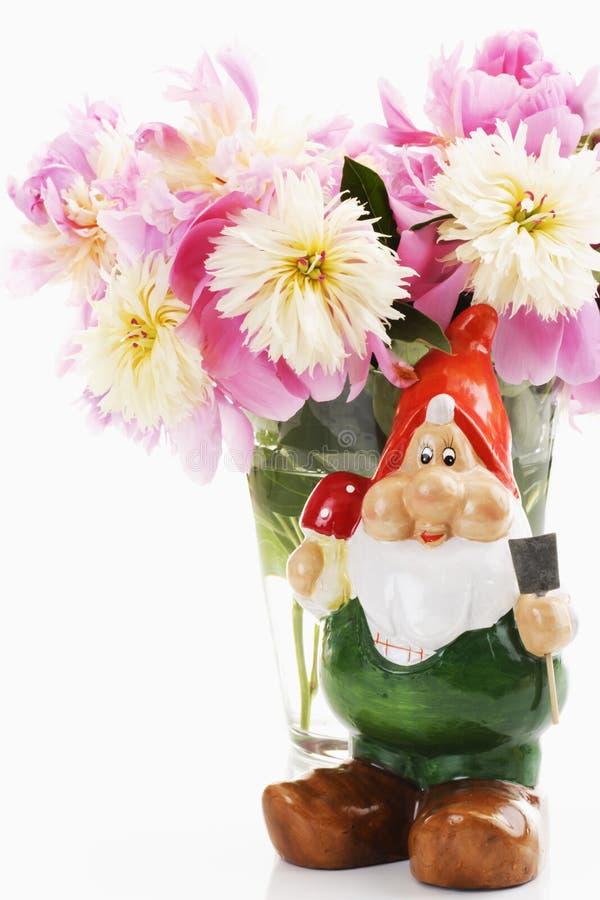Grupo de peônias cor-de-rosa com gnomo do jardim imagens de stock royalty free