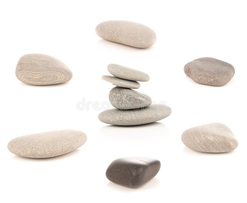 Grupo de pedras do seixo dos pedregulhos isoladas no fundo branco imagens de stock