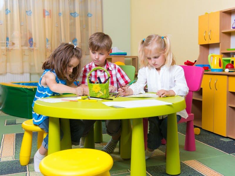 Grupo de pequeño jugar lindo de los niños del prescool foto de archivo libre de regalías