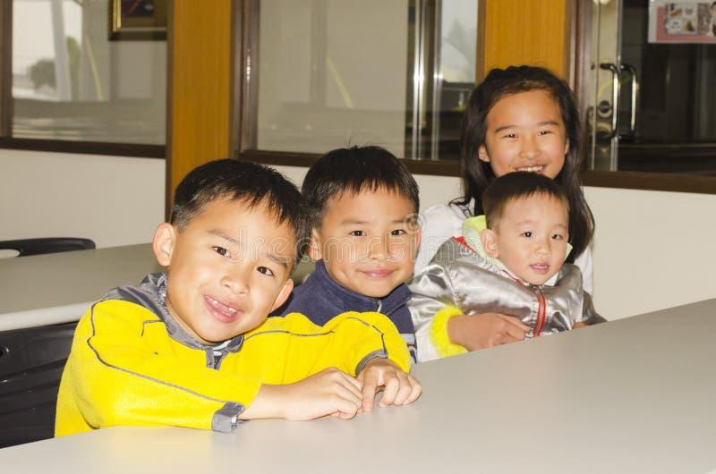 Grupo de pequeños niños lindos fotografía de archivo