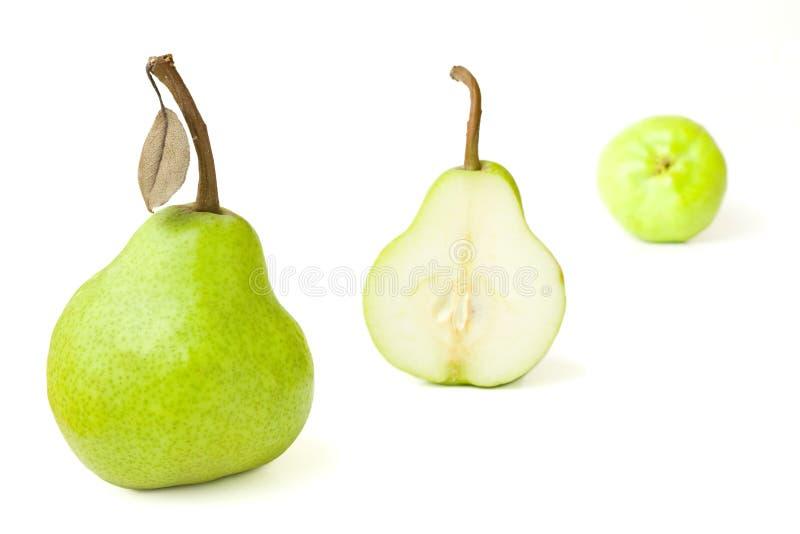Grupo de peras frescas com a uma Halved imagens de stock