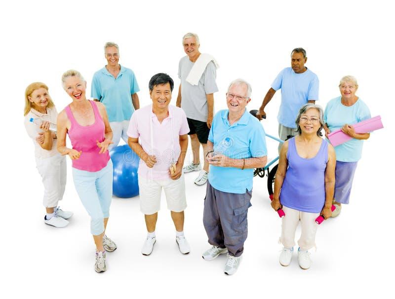 Grupo de permanecer adulto mayor apto foto de archivo libre de regalías