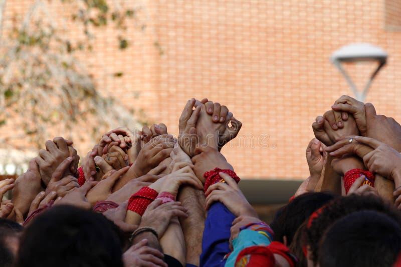 Grupo de personas con las manos para arriba junto imagenes de archivo