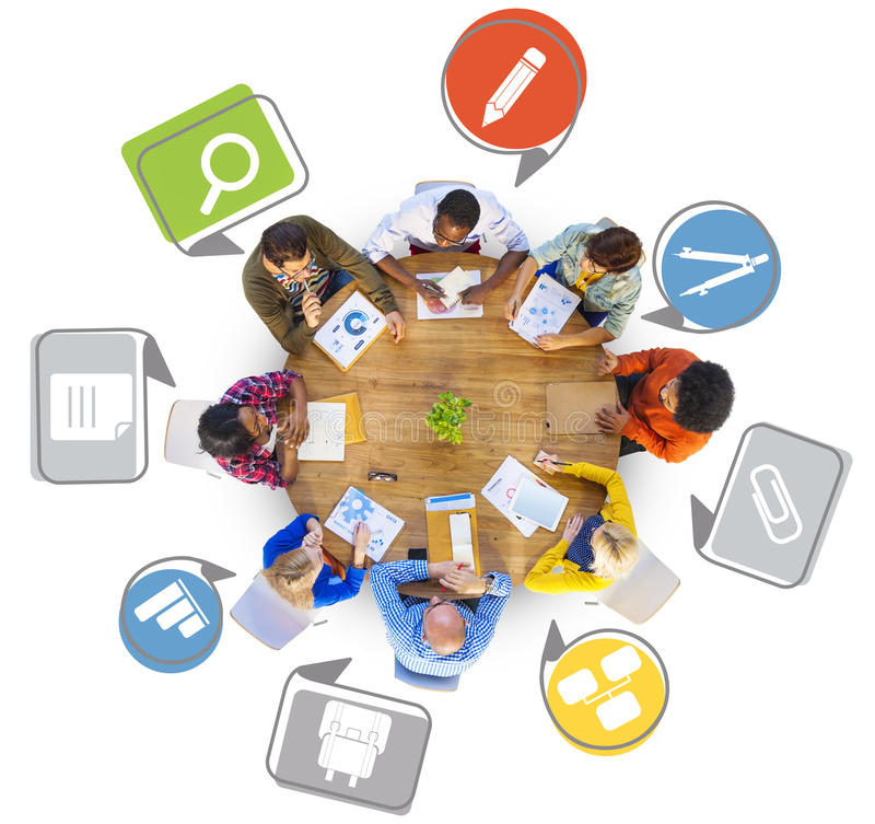 Grupo de personas diverso que trabaja alrededor de la tabla fotografía de archivo libre de regalías