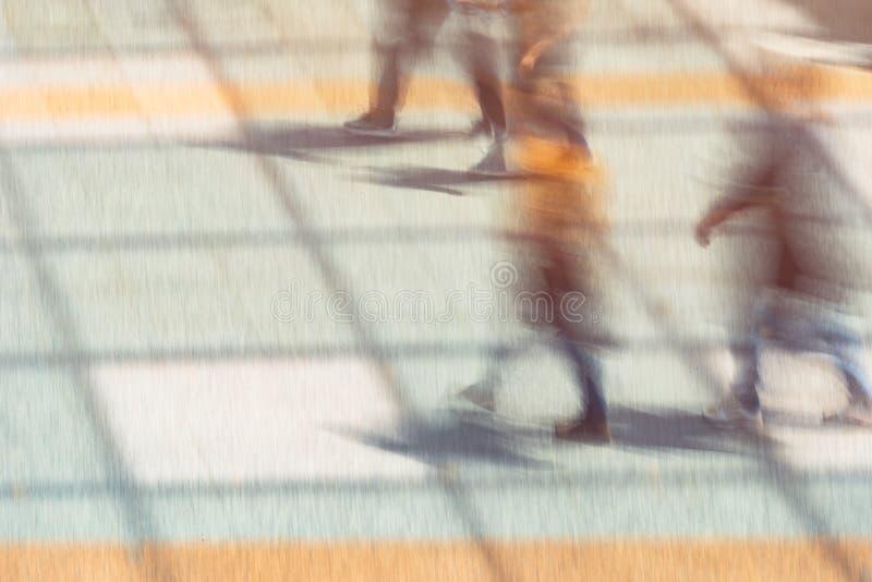 Grupo de personas, efecto de la falta de definición de movimiento foto de archivo