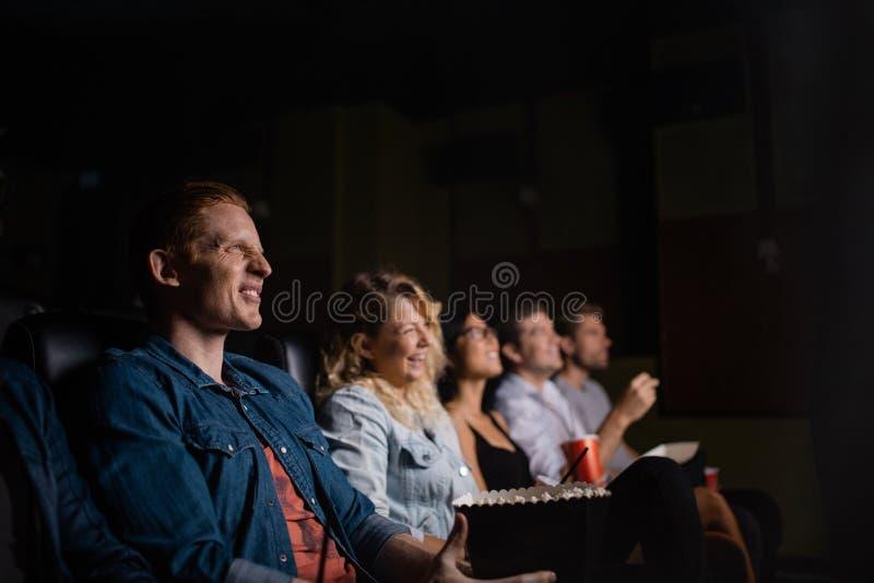 Grupo de personas en cine múltiplex fotos de archivo