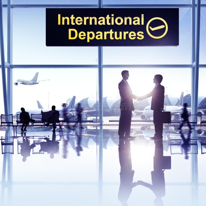 Grupo de personas en el aeropuerto imagenes de archivo