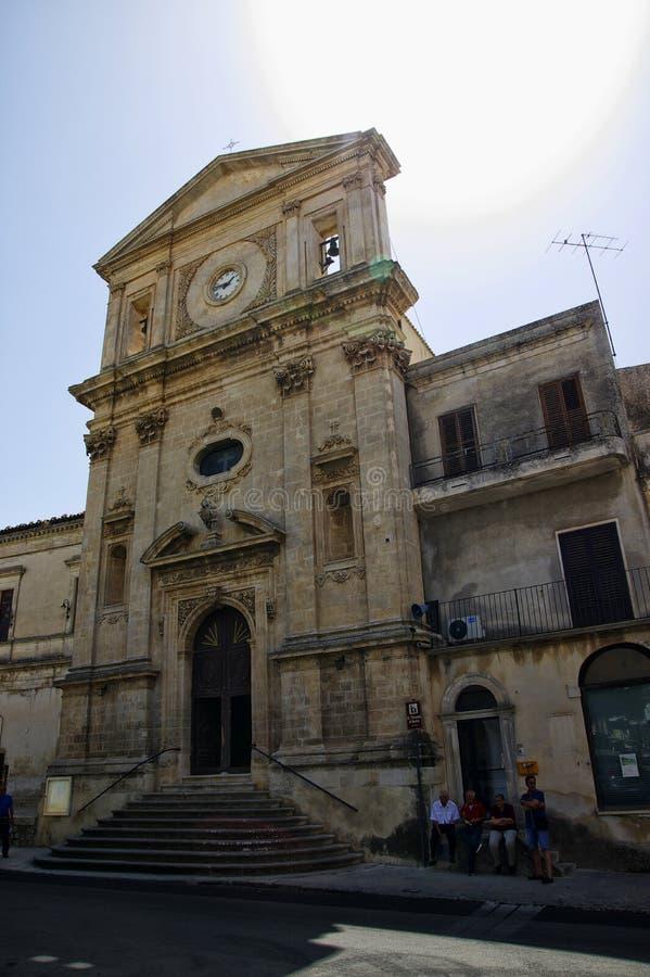 Grupo de personas en el frente de la entrada de la catedral en la ciudad vieja siciliana de pizcas, Italia imagenes de archivo