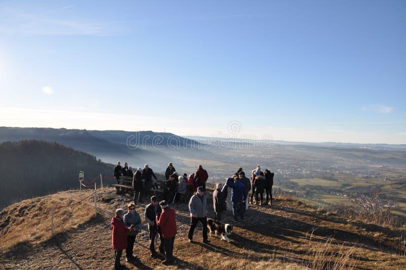 Grupo de personas en el poste de la perspectiva en el top de la montaña fotografía de archivo libre de regalías