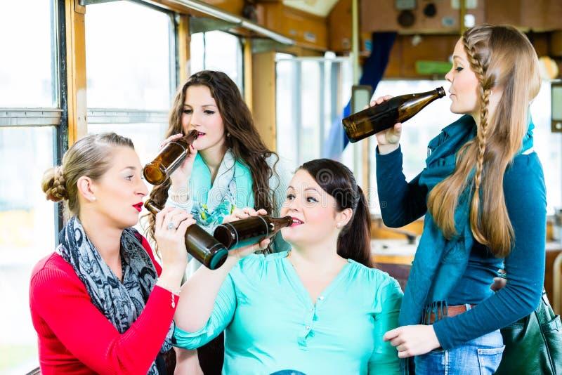 Grupo de personas en la barra de la tranvía que tiene partido de la cerveza imagenes de archivo